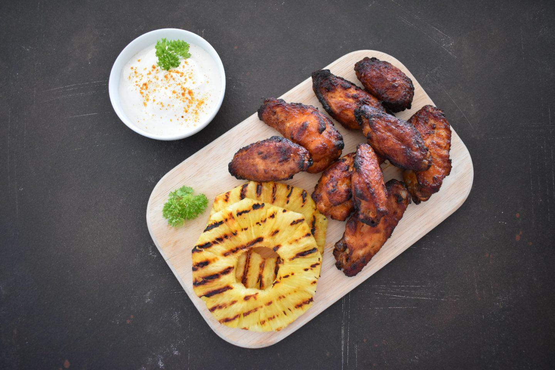 Chicken Wings BBQ mit gegrillter Ananas und Joghurt-Chili-Zitronen-Dip