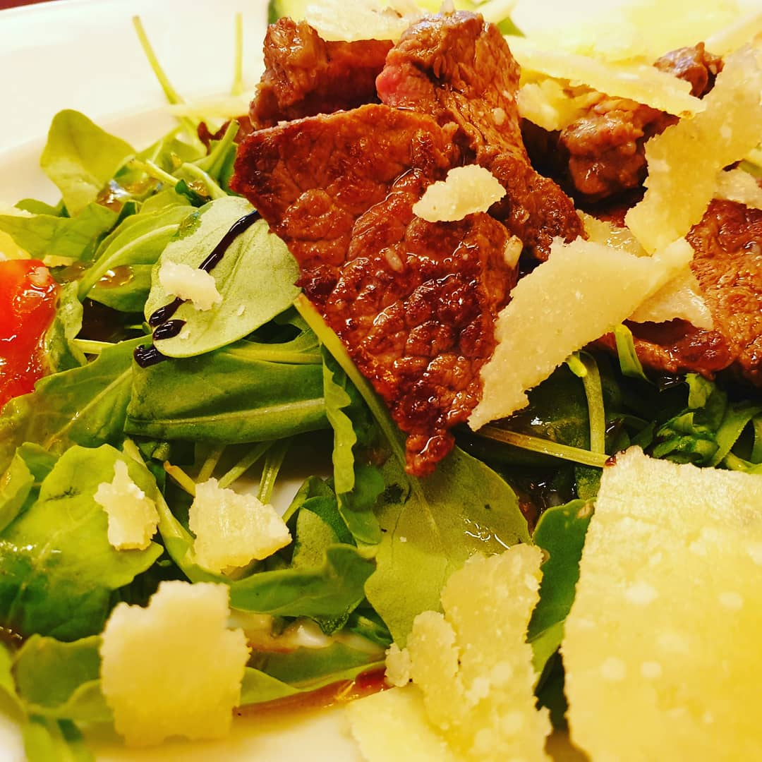Rinderfiletspitzen auf Ruccolasalat