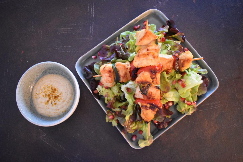 Hähnchen-Gemüsespieße auf Batavia-Granatapfel-Salat  mit Curry-Zitronen-Dip