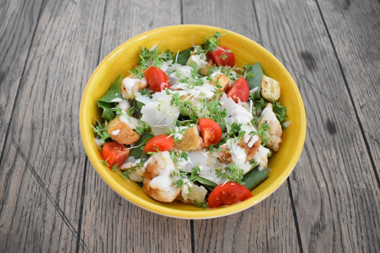 Cesar Salat mit Croutons und Hähnchenstreifen